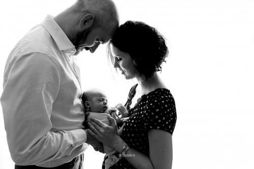 photo noir et blanc avec bébé